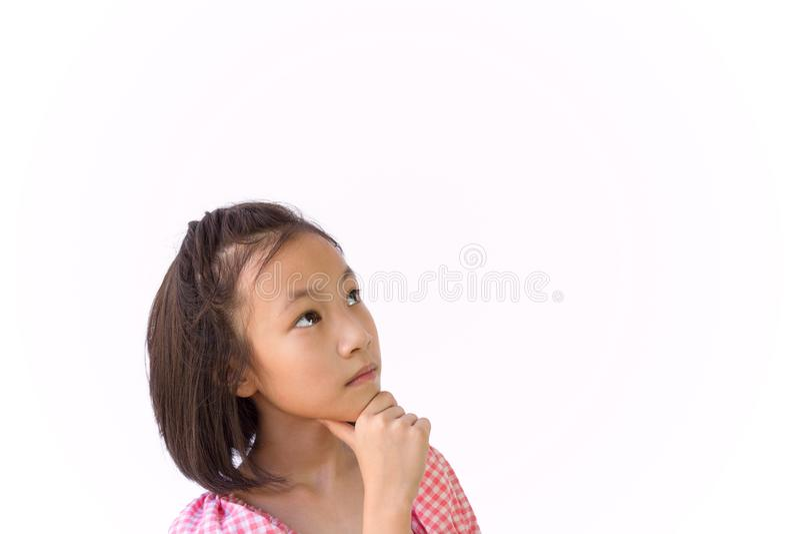 Aziatisch die meisje op witte analytische achtergrond wordt geïsoleerd, denkend het zoeken, close-upportret van leuk kind die een stock fotografie