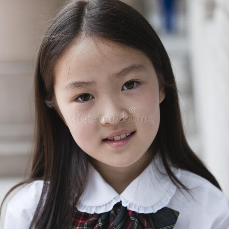 Aziatisch elementair schoolmeisje stock foto's