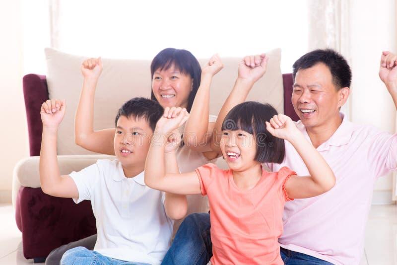 Aziatisch familie speelspel thuis. royalty-vrije stock foto's