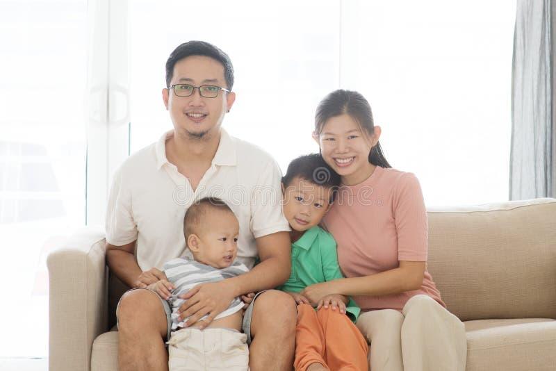 Aziatisch familieportret royalty-vrije stock afbeelding