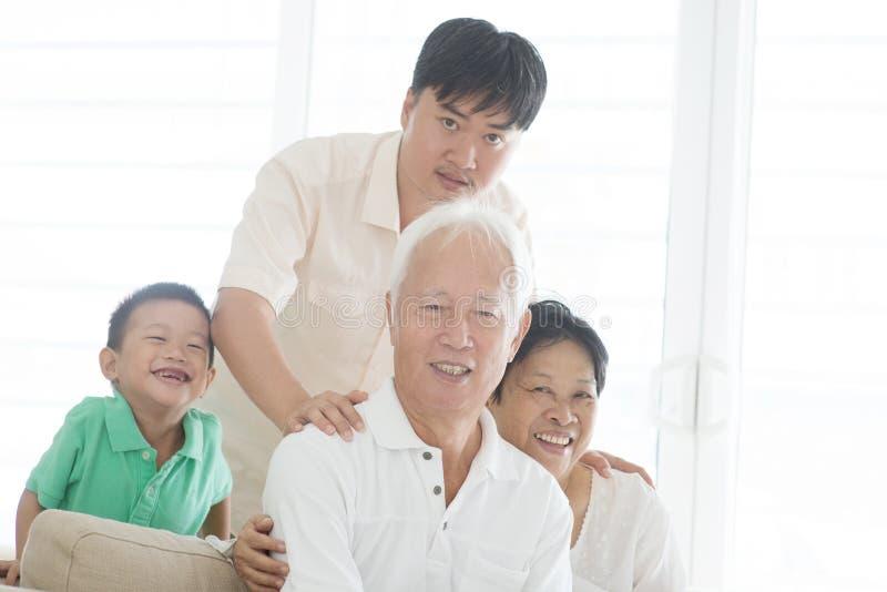 Aziatisch familieportret thuis stock foto's