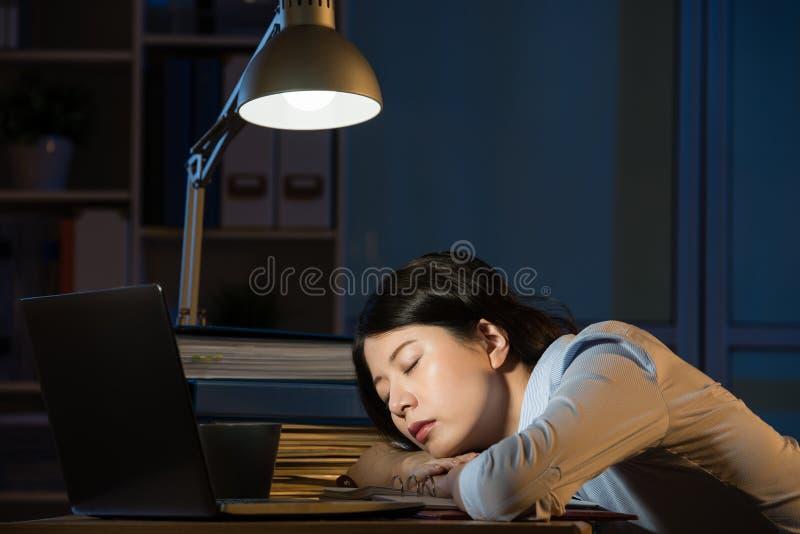 Aziatisch het bedrijfsvrouw slaperig werk overwerk laat - nacht stock foto