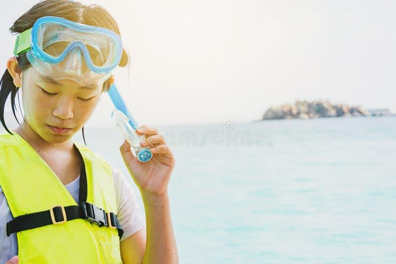 Aziatisch het snorkelen meisje met masker royalty-vrije stock fotografie