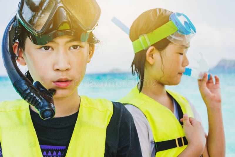 Aziatisch het snorkelen meisje met masker royalty-vrije stock foto