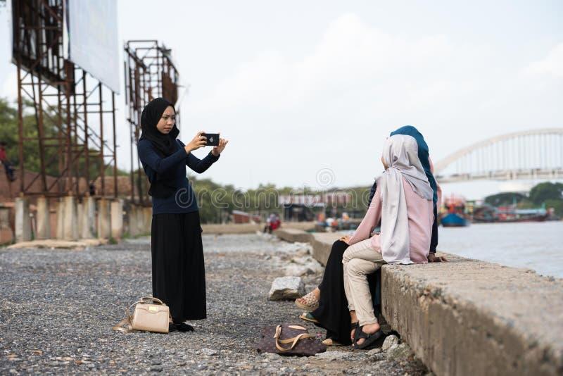 Aziatisch hijabmeisje die foto nemen stock afbeeldingen