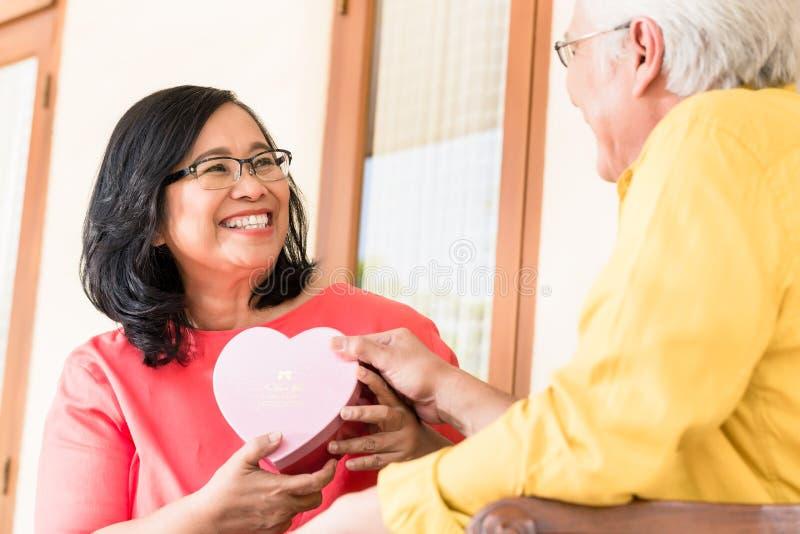Aziatisch hoger paar in liefde het glimlachen stock afbeeldingen