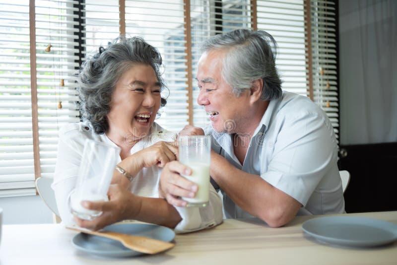 Aziatisch hoger paar in liefdeconsumptiemelk royalty-vrije stock foto