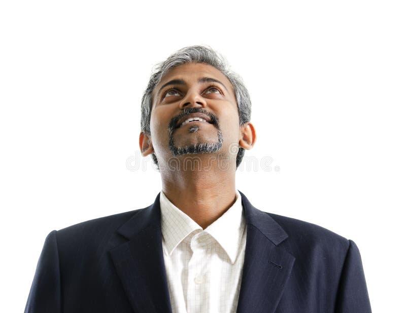 Aziatisch Indisch mannetje dat omhoog kijkt stock foto
