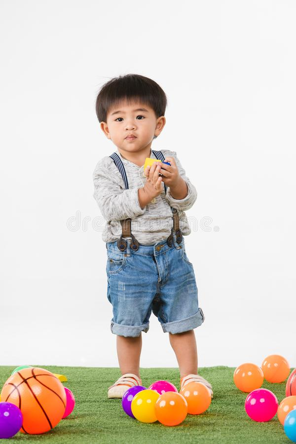 Aziatisch jong geitje bij speelkamer stock fotografie