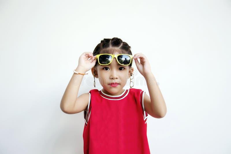Aziatisch jong geitje met van de sportoverhemd en zon glazenmanier stock afbeeldingen