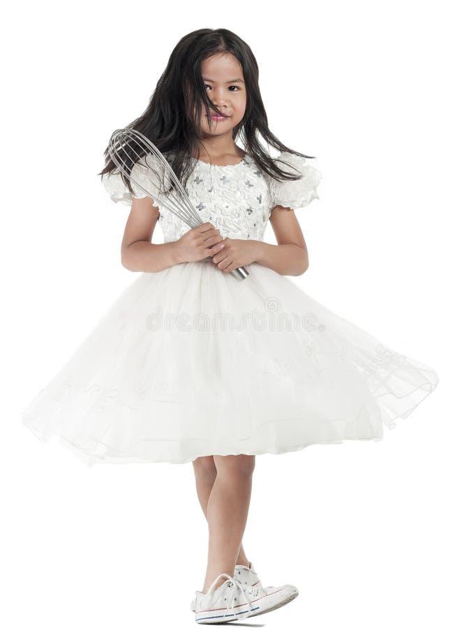Aziatisch jong geitjemeisje in witte die kleding op witte achtergrond wordt geïsoleerd royalty-vrije stock foto
