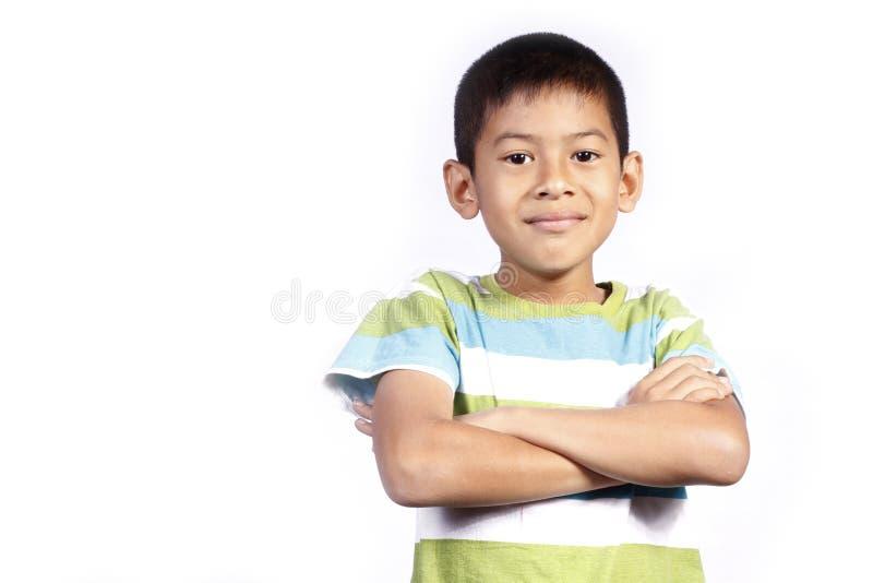Aziatisch jong jongensKruis zijn wapen stock fotografie