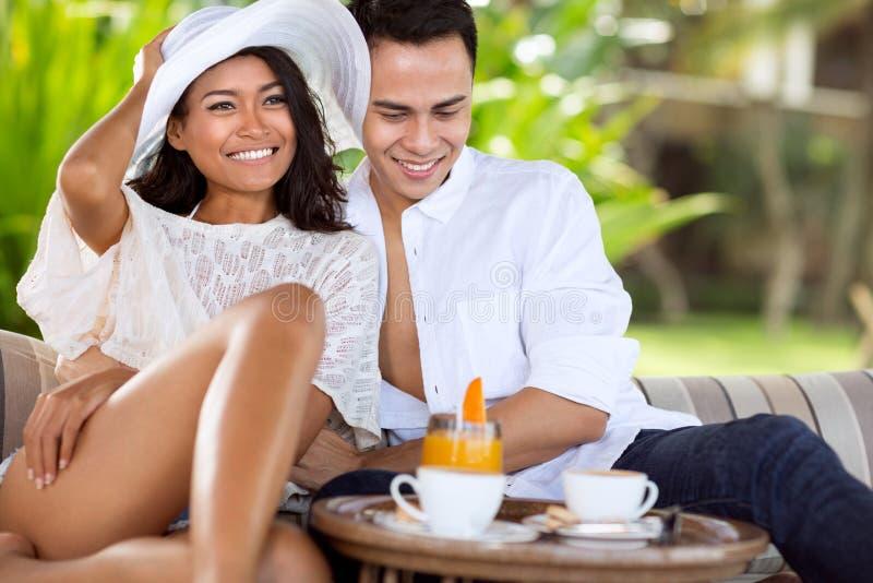 Aziatisch jong paar die in de zomervakantie genieten van stock afbeelding