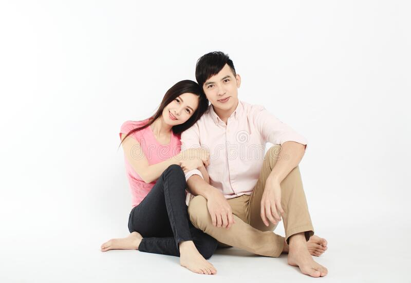 Aziatisch jong stel op de vloer geïsoleerd op witte achtergrond royalty-vrije stock foto's