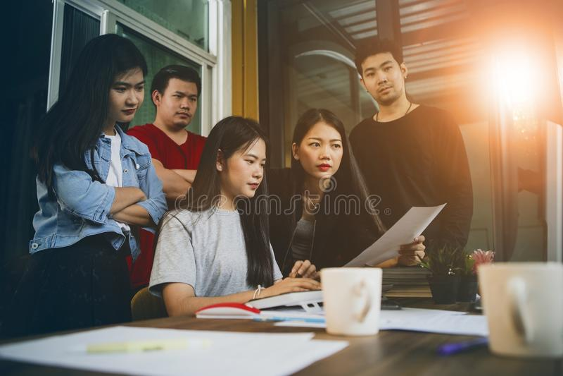 Aziatisch jonger freelance teamconcentraat op het werk project in computermonitor stock foto's