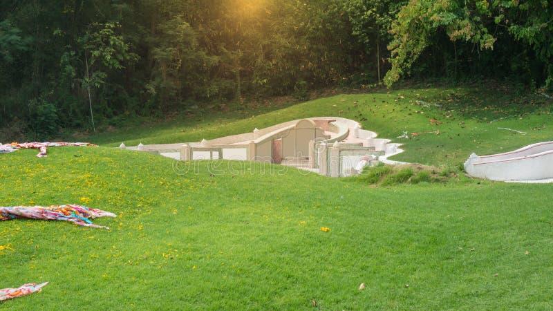 Aziatisch kerkhof met grafsteen op de scène van de bergvallei royalty-vrije stock afbeelding