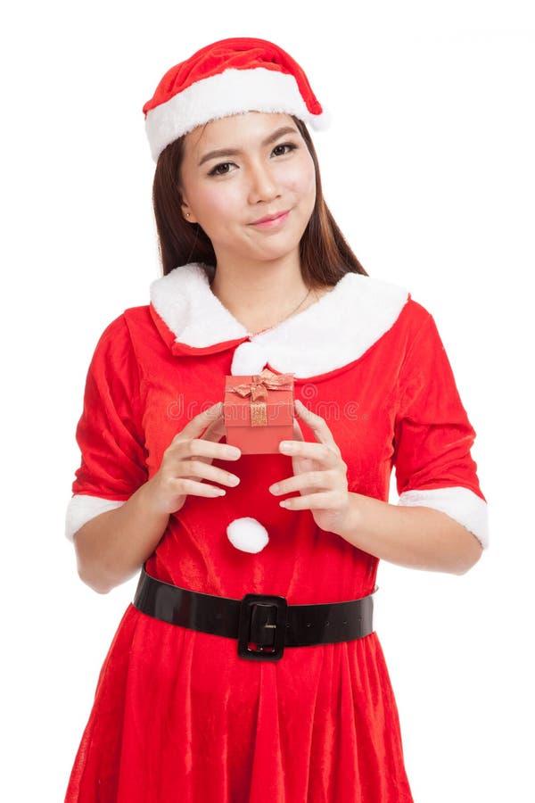 Aziatisch Kerstmismeisje met Santa Claus-kleren en rode giftdoos royalty-vrije stock afbeelding