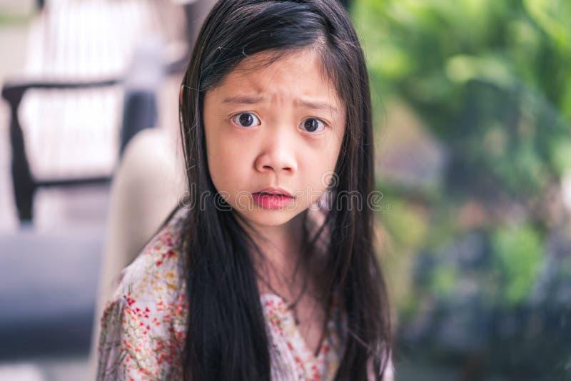 Aziatisch Kind die Boze Gelaatsuitdrukking tonen royalty-vrije stock afbeeldingen