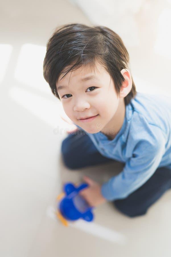 Aziatisch kind het spelen stuk speelgoed vliegtuig stock afbeelding