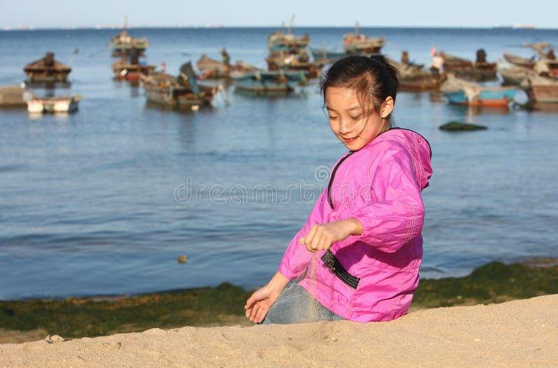 Aziatisch kind in het strand stock foto