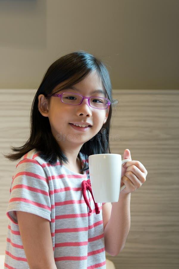 Aziatisch kind met een mok stock afbeeldingen