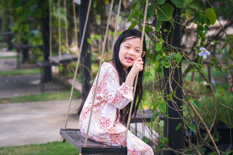 Aziatisch Kind op Schommeling in Speelplaats royalty-vrije stock fotografie