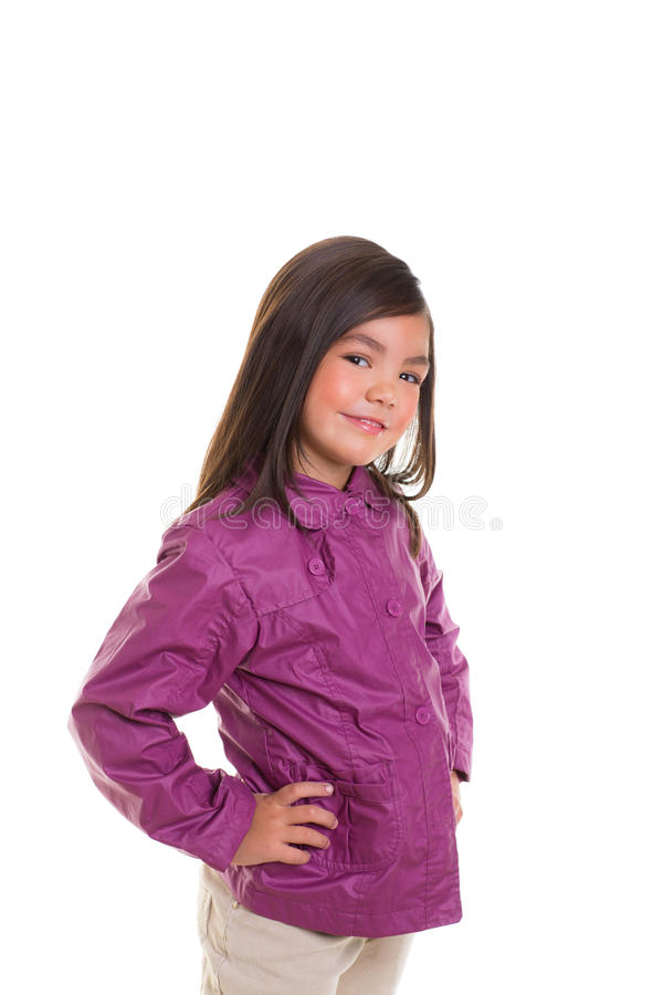Aziatisch kindmeisje dat met de winter purpere laag glimlacht royalty-vrije stock foto's