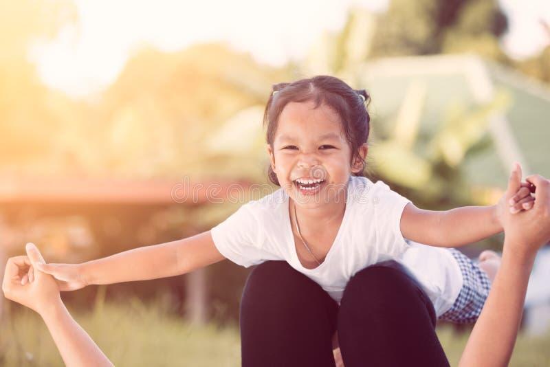 Aziatisch kindmeisje die en pret met moeder hebben te spelen lachen royalty-vrije stock afbeelding