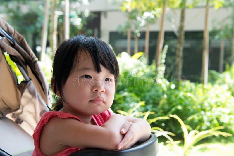 Aziatisch kindmeisje in wandelwagen stock afbeeldingen