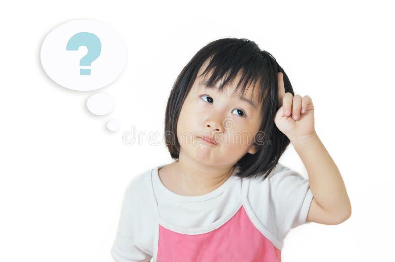 Aziatisch klein kind in een nadenkende uitdrukking stock fotografie