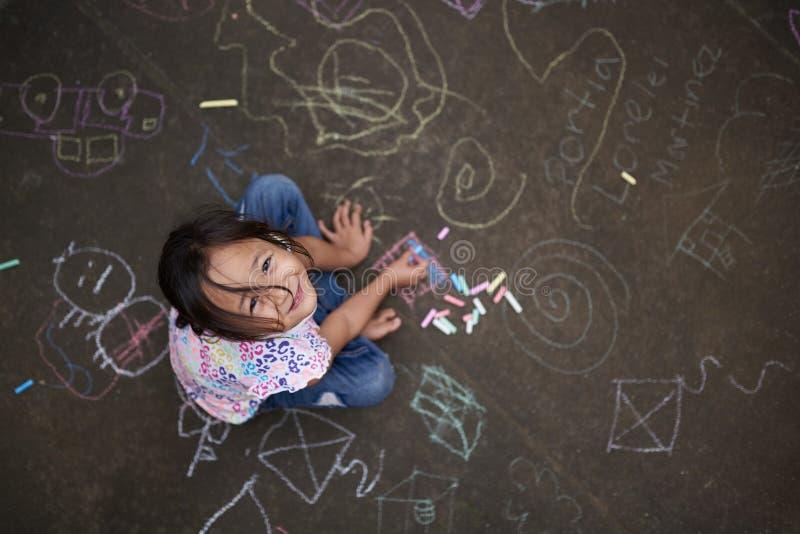 Aziatisch klein meisje met krijt stock foto's