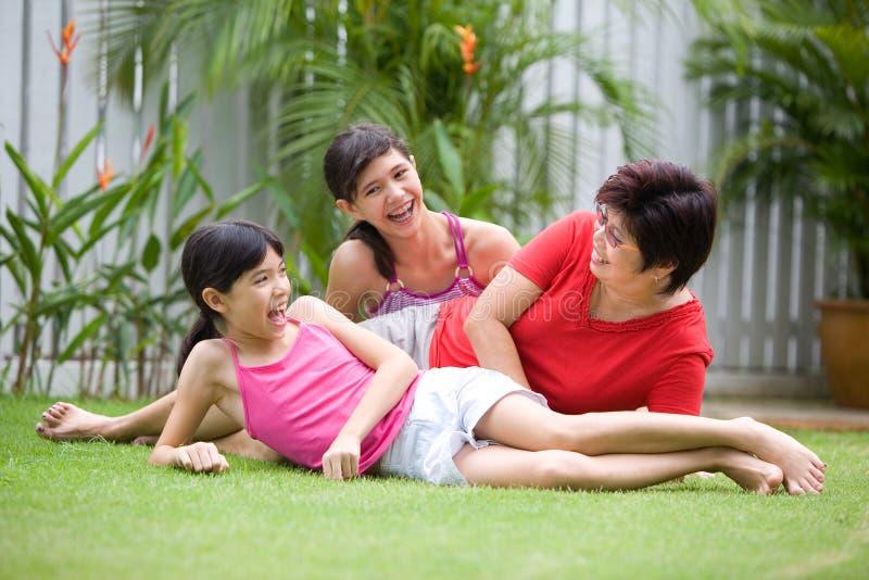 Aziatisch mamma dat pret met haar meisjes heeft stock afbeelding
