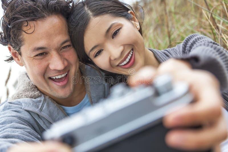 Aziatisch Man Vrouwenpaar die Selfie-Foto nemen stock afbeeldingen