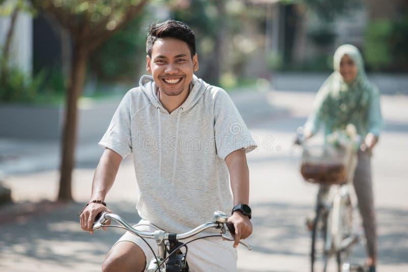 Aziatisch mannetje die een fiets berijden stock fotografie