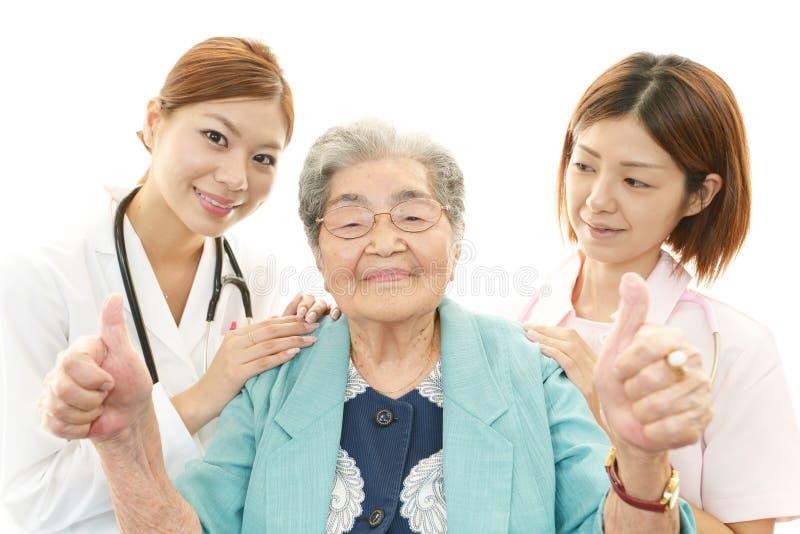 Aziatisch medisch personeel met oude vrouwen stock foto's