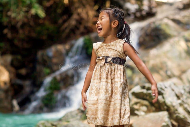 Aziatisch meisje in bergen op de kust van een tropisch strand stock foto