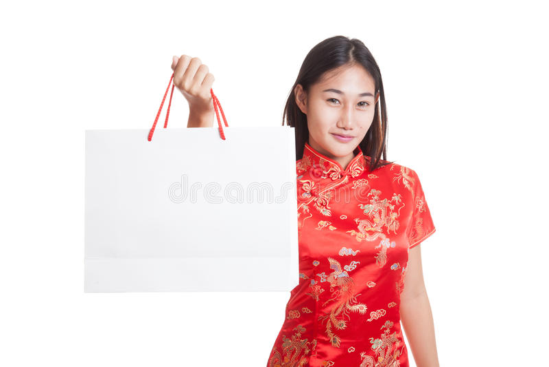 Aziatisch meisje in Chinese cheongsamkleding met het winkelen zak stock afbeeldingen