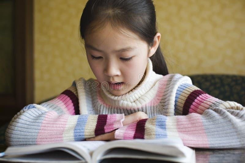 Aziatisch meisje dat een boek leest royalty-vrije stock foto's