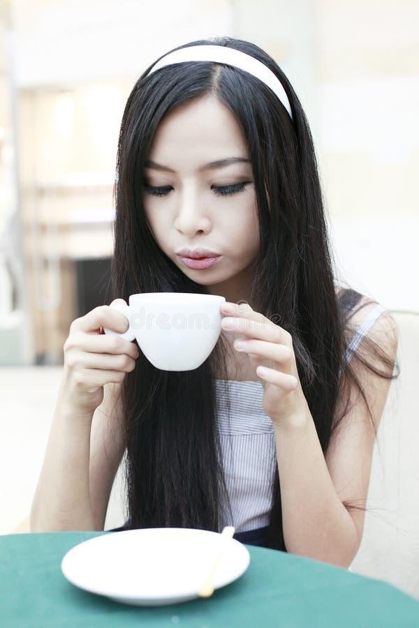 Aziatisch meisje dat koffie heeft stock afbeeldingen