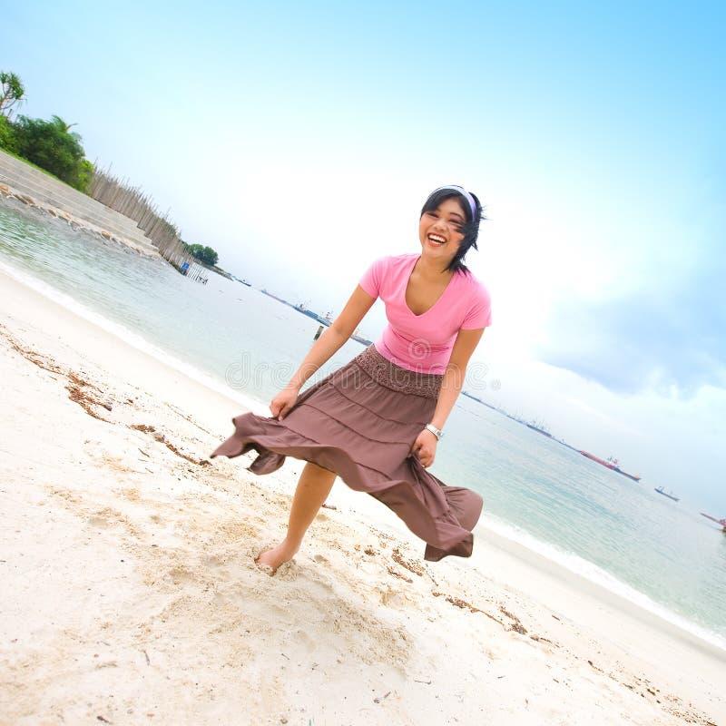 Aziatisch meisje dat pret heeft bij strand royalty-vrije stock afbeelding