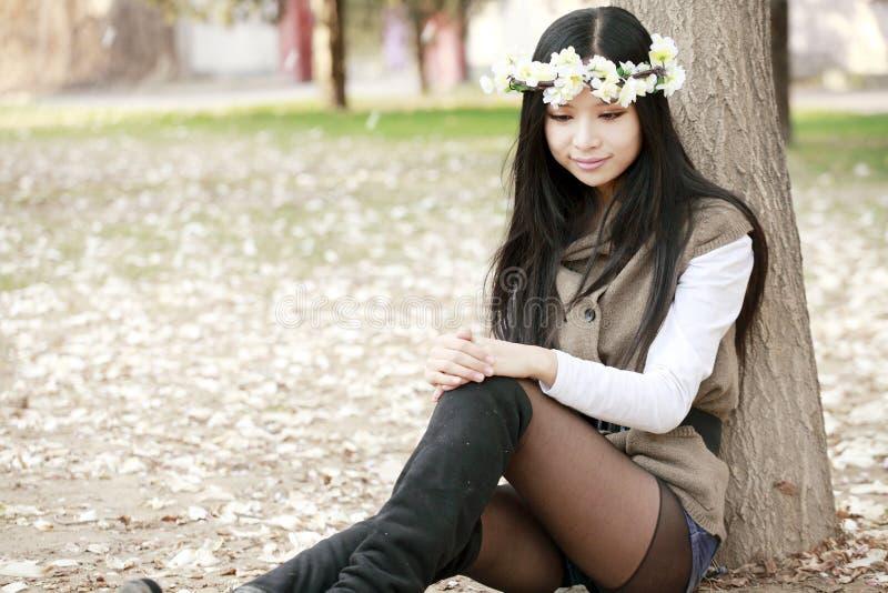 Aziatisch meisje in de lente stock afbeeldingen