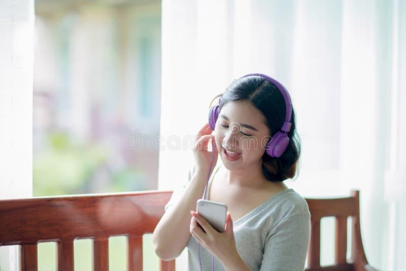 Aziatisch meisje die de muziek luisteren stock afbeeldingen