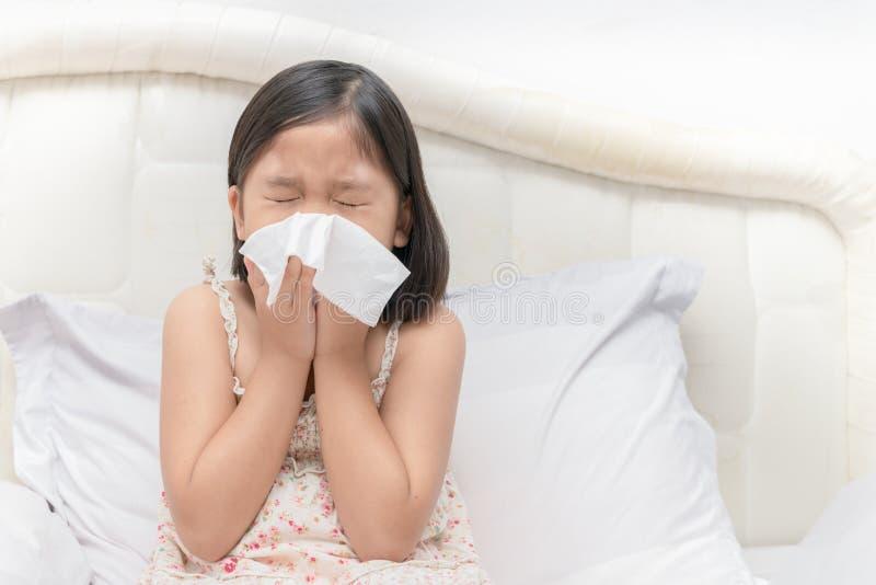 Aziatisch meisje die de neus blazen door weefsel royalty-vrije stock foto's