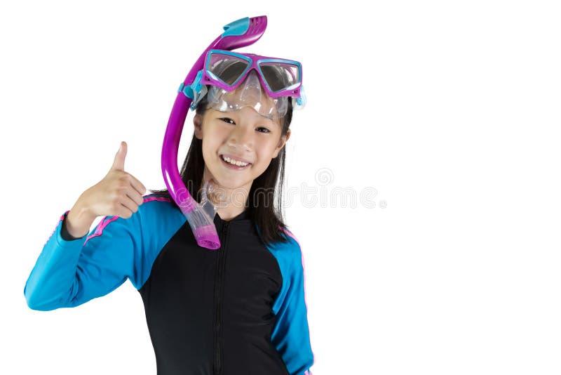 Aziatisch meisje die een het duiken masker dragen dat op witte achtergrond wordt ge?soleerd; s stock fotografie
