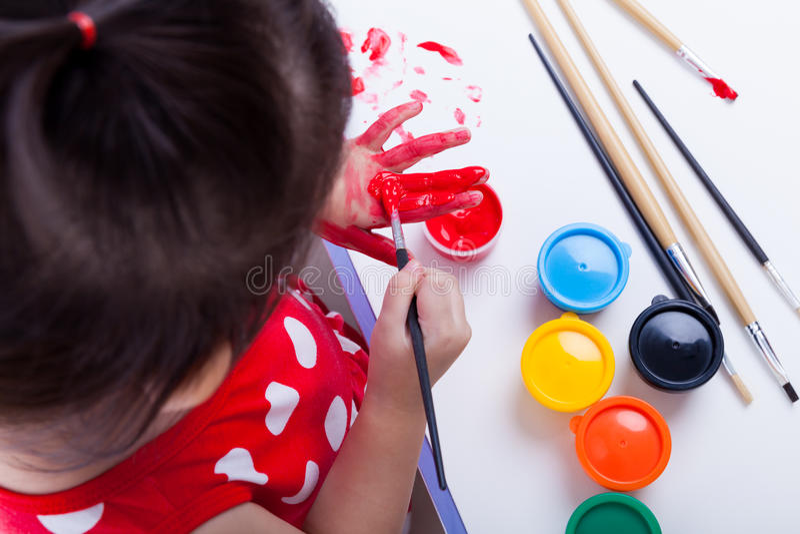 Aziatisch meisje die haar palmen schilderen die tekeningsinstrumenten gebruiken royalty-vrije stock foto