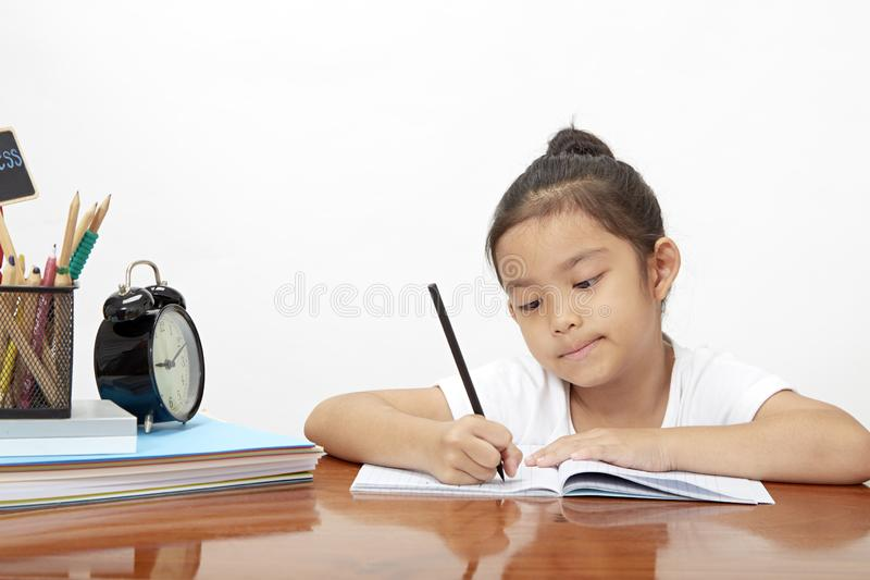 Aziatisch meisje die haar thuiswerk doen royalty-vrije stock afbeeldingen