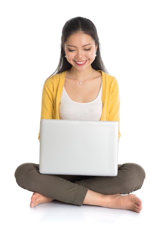 Aziatisch meisje die laptop PC met behulp van royalty-vrije stock afbeelding