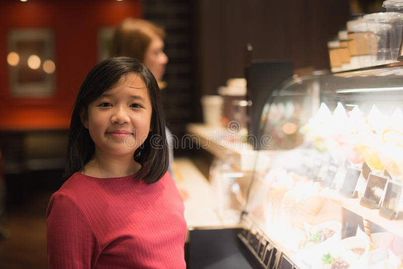 Aziatisch meisje die roomijs kiezen stock foto's