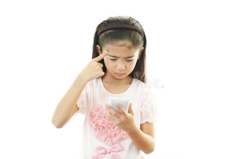 Aziatisch meisje die smartphone gebruiken stock afbeelding