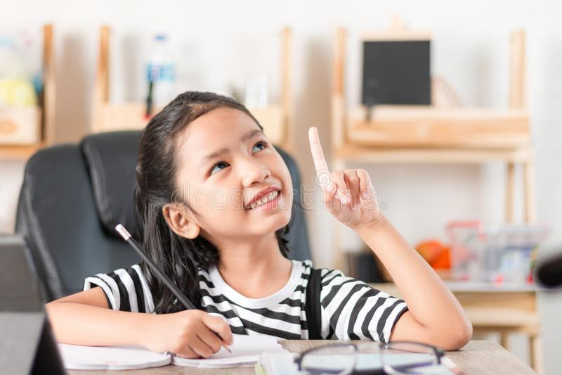 Aziatisch meisje die thuiswerk op houten sh lijst uitgezochte nadruk doen royalty-vrije stock afbeeldingen